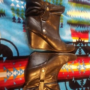 Womens wedged boot. Size 9.